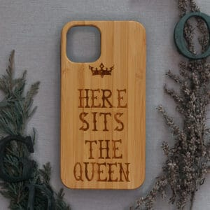 iPhone 11 bagside i træ, Here sits the Queen