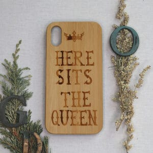 iPhone XR bagside i træ, Here Sits The Queen